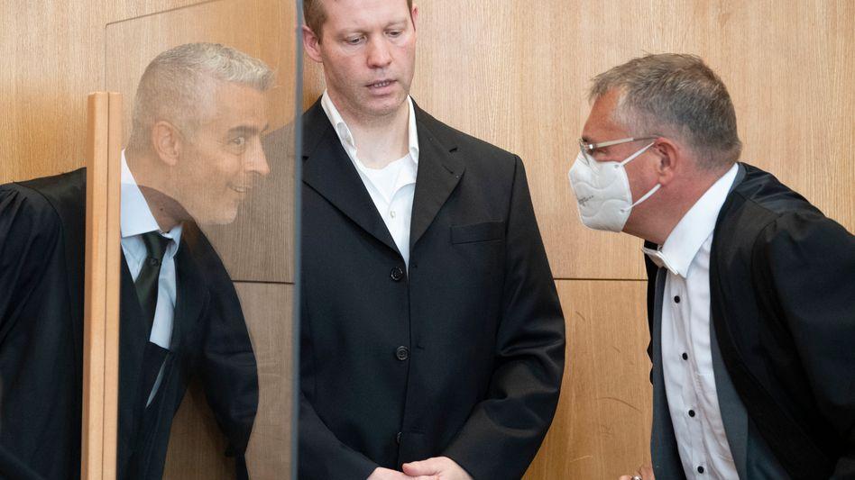 """Der Angeklagte Stephan Ernst zwischen seinen Verteidigern Mustafa Kaplan (links im Bild) und Frank Hannig: """"Unbequeme Fragen"""""""