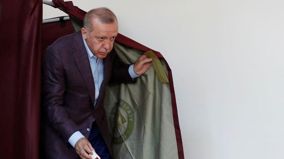 Präsident Recep Tayyip Erdogan beim Verlassen der Wahlkabine in Istanbul