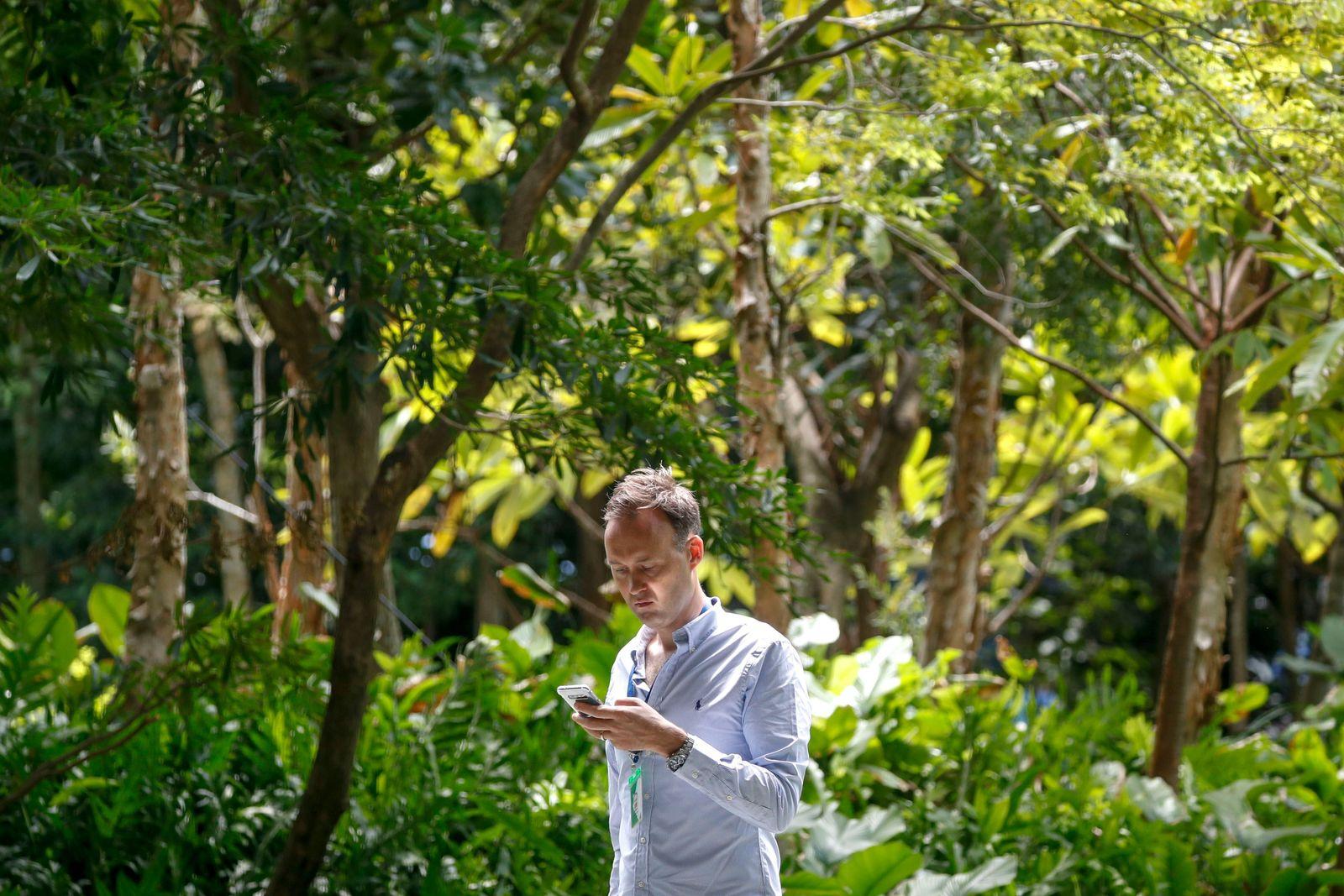 Singapur Mann mit Handy