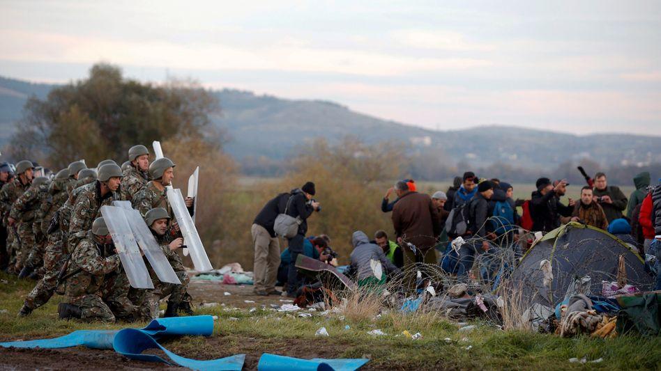Blockade auf der Balkanroute: Flüchtlinge reißen Grenzzaun zu Mazedonien nieder