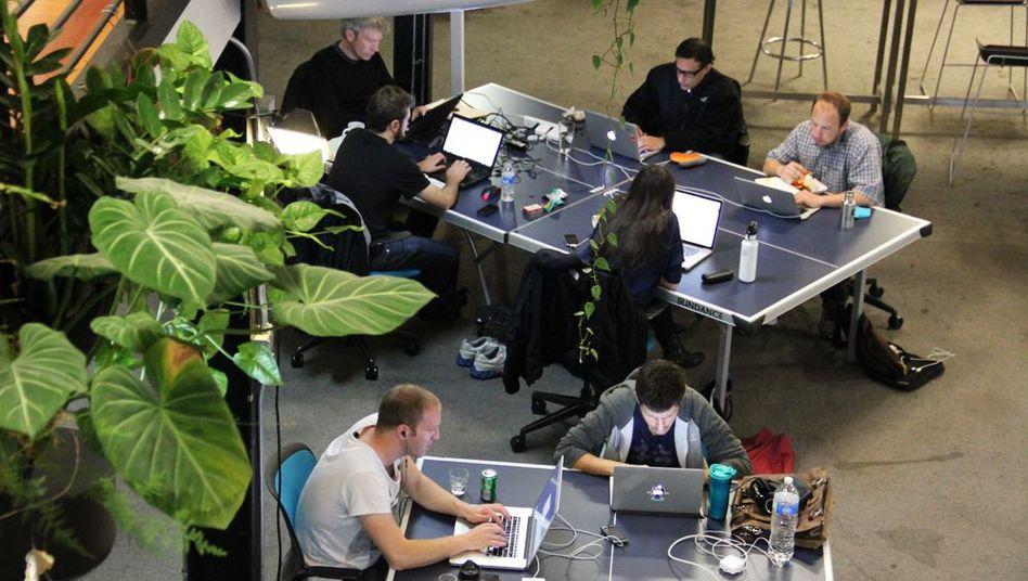 Arbeitsplatz Tischtennisplatte: Medienschaffende in einem Coworking-Büro