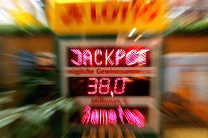 Lotto-Werbung: Erfahrene Spieler erklären Anfängern die Regeln