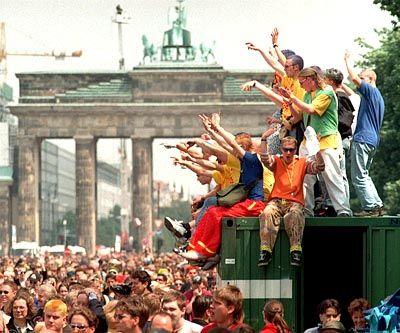 Wer sorgt für Speis' und Trank? Techno-Fans auf der Love Parade 1998