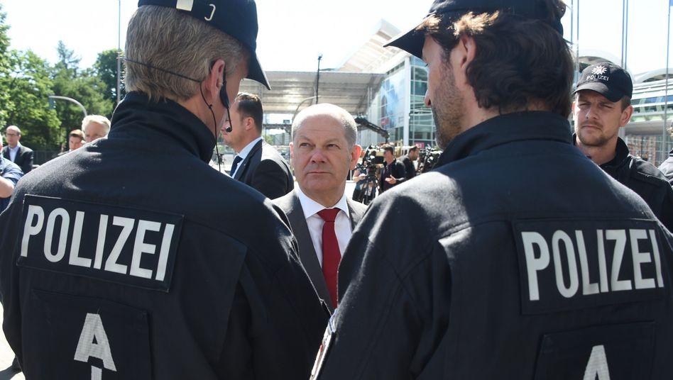 Olaf Scholz im Gespräch mit Polizisten
