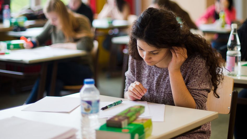Schüler in Abiturprüfung: Kein einheitliches Schulsystem