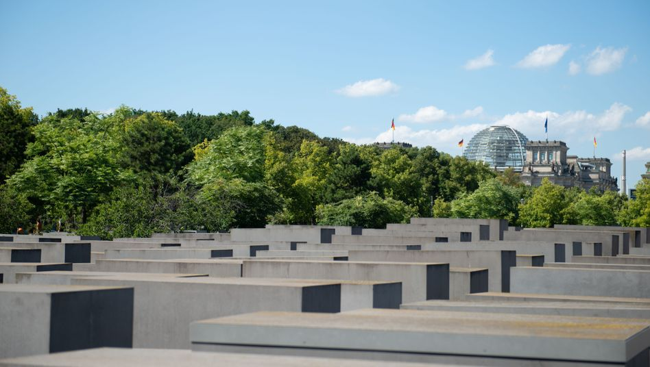 Holocaust-Mahnmal in Berlin, im Hintergrund das Reichstagsgebäude