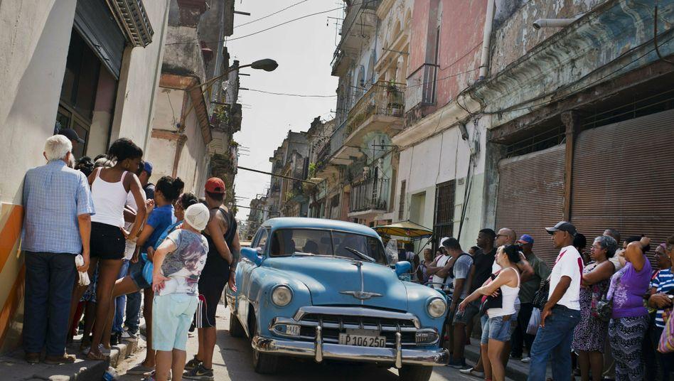 Vor einem staatlichen Lebensmittelladen in der kubanischen Hauptstadt Havanna: Warten auf Hühnchen