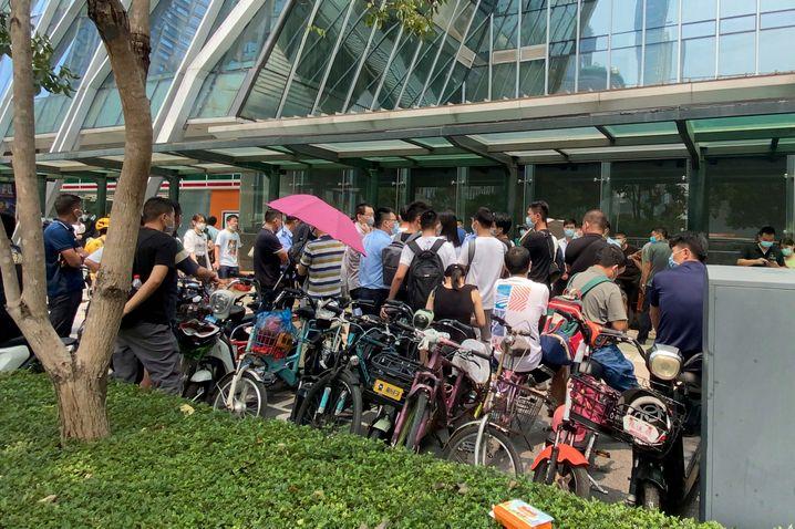 Demonstranten vor Evergrande-Zentrale in Shenzen