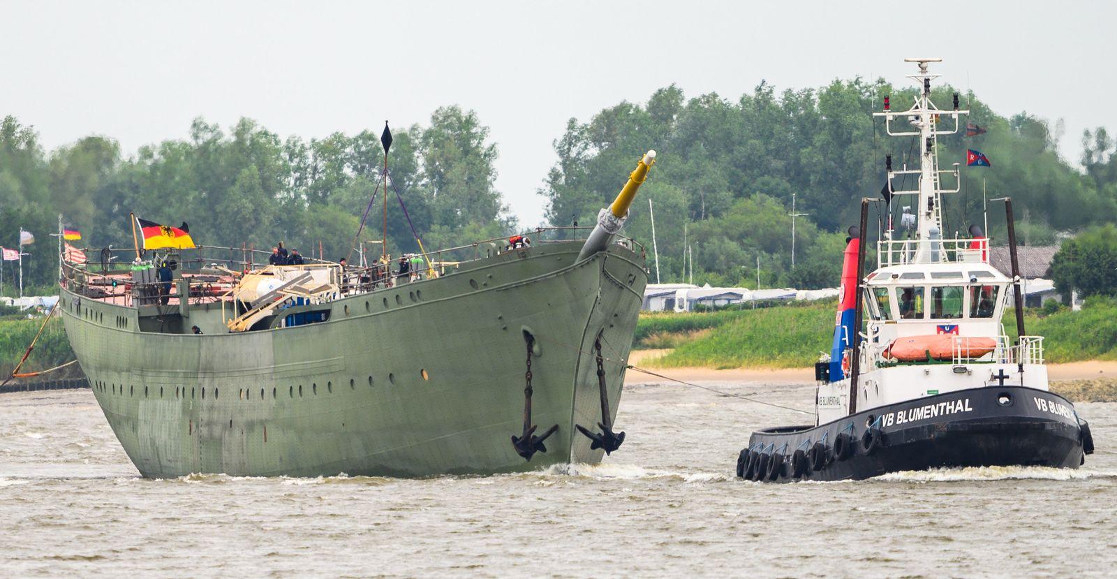 Gorch Fock wird über die Weser geschleppt