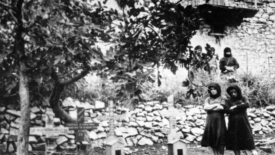 Frauen neben einem Grab in Distomo: Die Erinnerung kehrt zurück