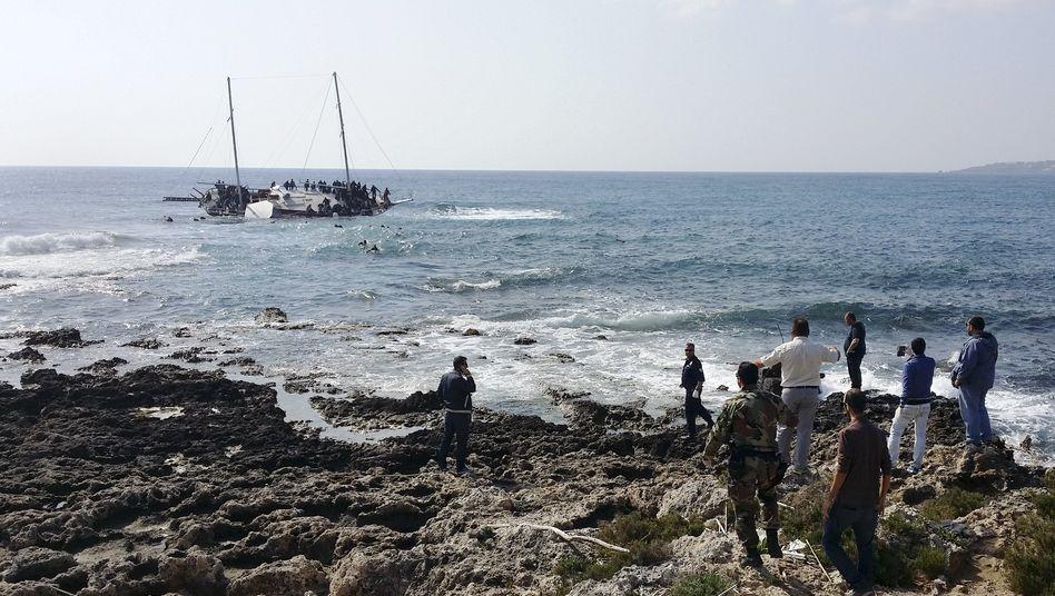 Havariertes Flüchtlingsboot vor der griechischen Insel Rhodos (April 2015): 850.000 Menschen überquerten 2015 die Ägäis