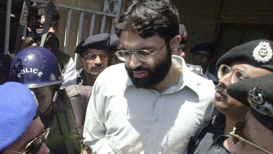 Said wird im März 2002 von Polizisten aus dem Gericht in Karatschi abgeführt