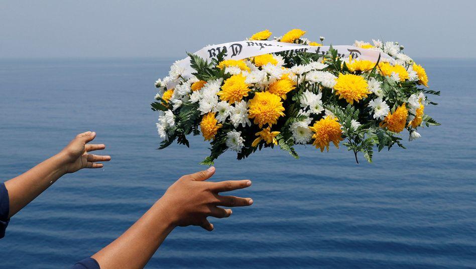Trauerfeier vor der indonesischen Küste