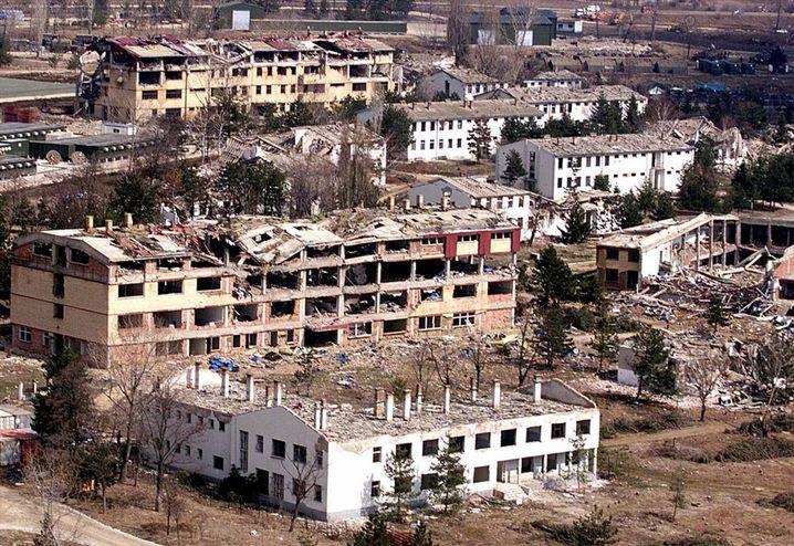 Eine Kaserne der jugoslawischen Armee, zerstört von Nato-Bomben, 1999