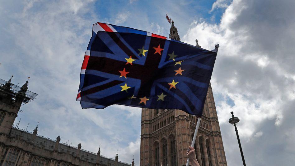 Britische und EU-Fahne vor dem Parlament in London