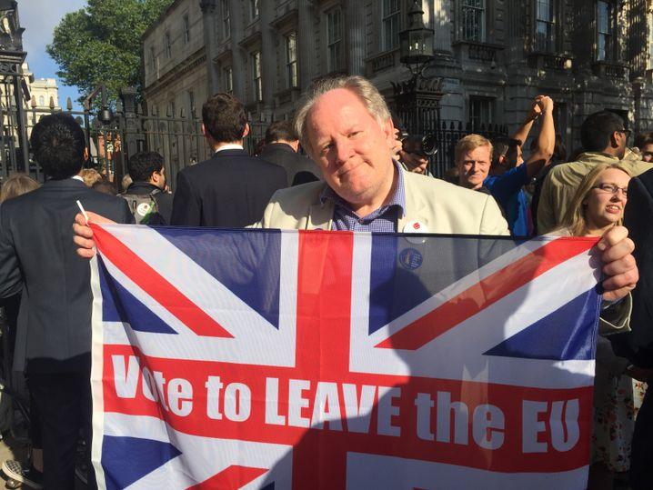 """Leave""-Anhänger Simon Richards"