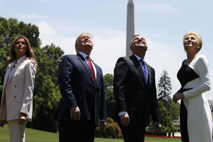 Melania und Donald Trump blicken neben Andrzej Duda und dessen Frau Agata Kornhauser-Duda in den Himmel über dem Weißen Haus: Dort flog anlässlich des Besuchs aus Polen ein F-35-Jet