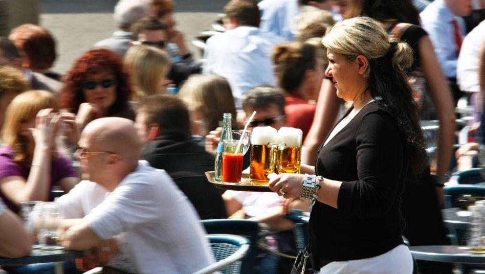 Kellnerin: Seit Januar gilt der Mindestlohn in Deutschland