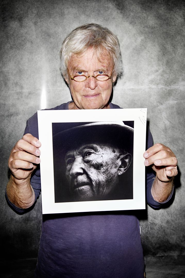 Fotograf Müller mit Adenauer-Porträt
