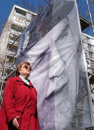 """Plakat des gesuchten mutmaßlichen Kriegsverbrechers Gotovina in Zagreb: """"Intensive Kommunikation wird bald zur Ergreifung der Kriegsverbrecher führen"""""""