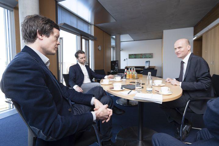 SPIEGEL-ONLINE-Redakteure Florian Gathmann (ganz links) und Philipp Wittrock im Gespräch mit Brinkhaus