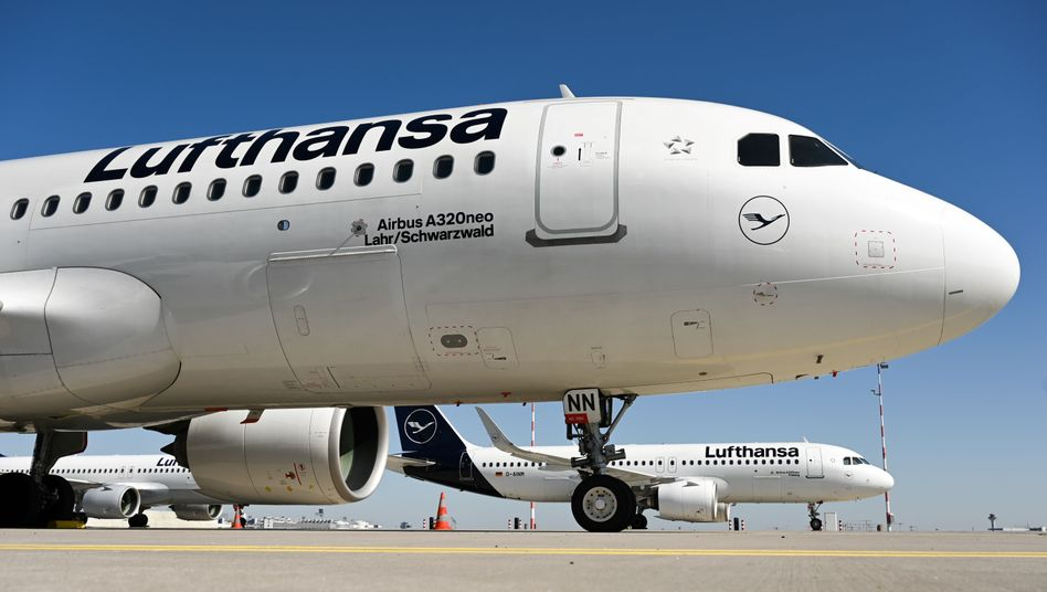 Lufthansa-Flugzeuge parken am Flughafen in Frankfurt am Main
