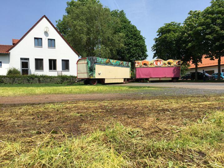 Verbliebene Kirmes-Wagen in Istha
