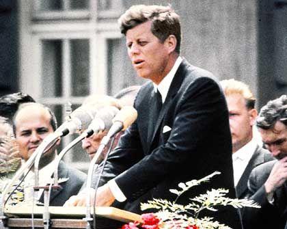 """Kennedy (1963 vor dem Schöneberger Rathaus): """"Ish bin ein Bearleener"""""""