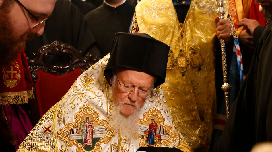 Patriarch Bartholomäus I. bei der Unterzeichnung