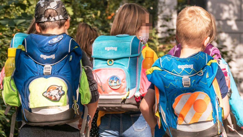 Schulkinder mit ergobag-Ranzen: Der Kauf von Schultaschen ist in diesen Wochen in vielen Familien wieder angesagt
