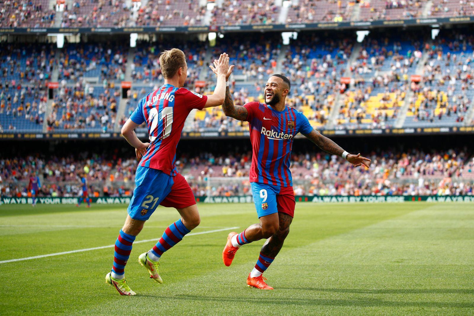 FC Barcelona, Barca V Getafe CF - La Liga Santander 09 Memphis Depay of FC Barcelona celebrating his goal with 21 Frenk