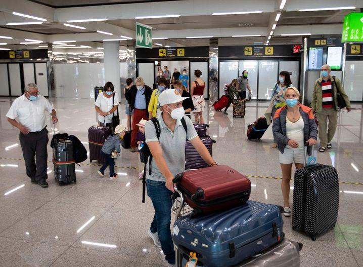 Britische Touristen bei ihrer Ankunft auf dem Flughafen von Palma de Mallorca