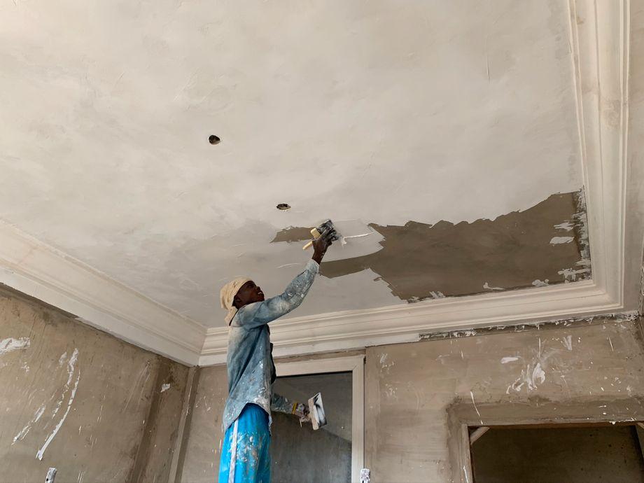 Arbeiter in Accra: Die ersten Räume im Krankenhaus sind so weit fertiggestellt, dass ihre Decken gestrichen werden können