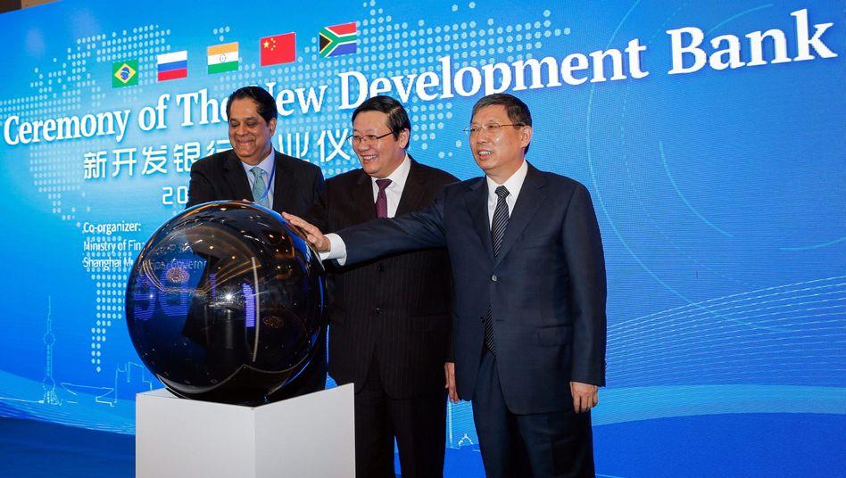 """Entwicklungsbank-Präsident Kundapur Vaman Kamath, Chinas Finanzminister Lou Jiwei und Shanghais Bürgermeister Yang Xiong (v. l.) bei der Eröffnungsfeier der Brics-Bank: """"Ergänzung des internationalen Finanzsystems"""""""