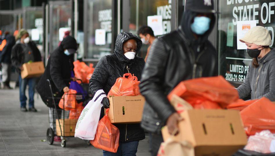 """Verteilung von Essensspenden in New York: """"Viele Menschen auf sich allein gestellt"""""""