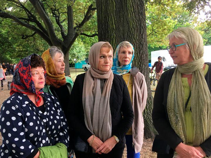 Robyn Molony (r.) mit Bekannten im Park vor der Al-Noor-Moschee