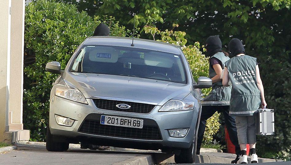 Razzia in Frankreich: Fahnder tragen beschlagnahmte Gegenstände aus einem Haus, in dem sich Eta-Mitglieder versteckten