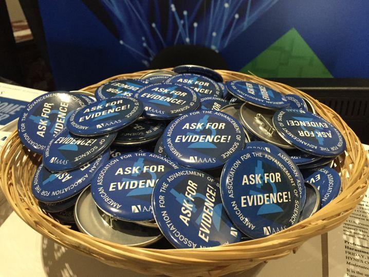 """""""Frag nach Beweisen"""": Buttons auf der AAAS-Konferenz"""