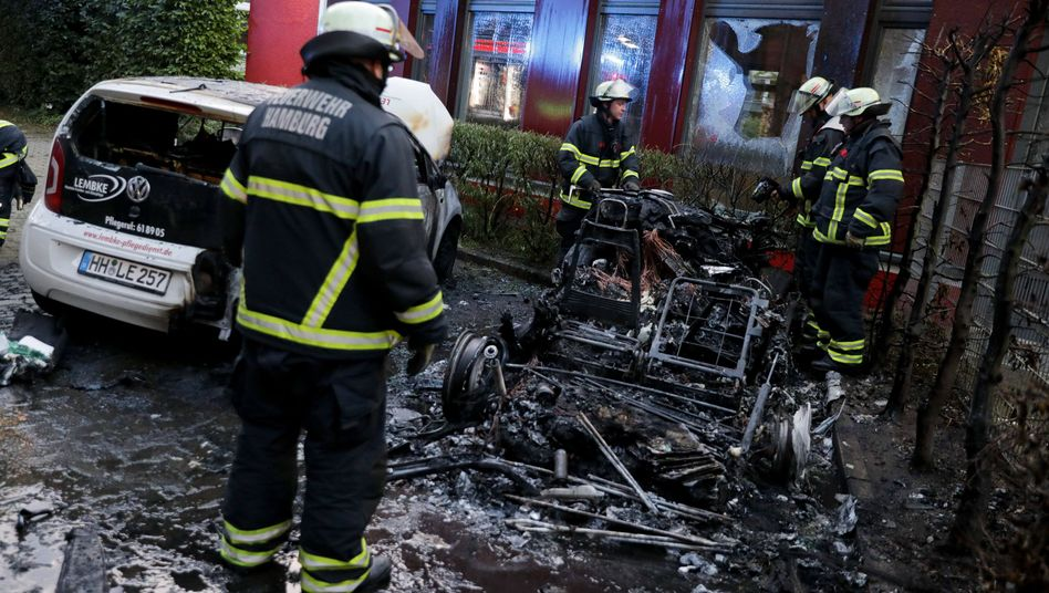 """Ausgebranntes Auto nach der """"Welcome to hell""""-Demonstration in Hamburg"""