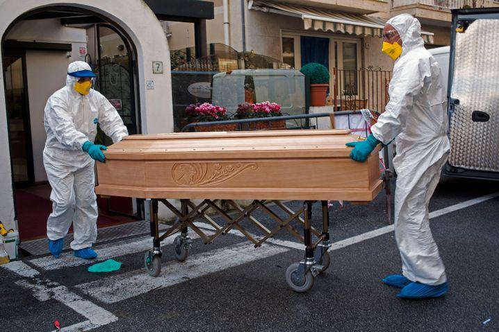 Der Leichnam einer zuvor mit dem Coronavirus infizierten Frau wird in Laigueglia aus einem Hotel gebracht