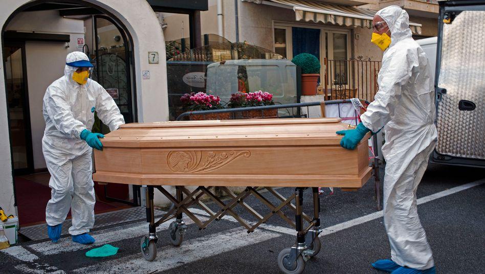 Sarg mit dem Leichnam einer Frau in der Lombardei (Archiv): Erneuter Anstieg der Totenzahl