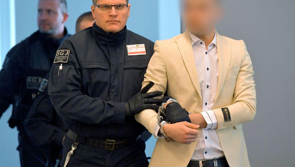 Alaa S. mit Sicherheitskräften im Landgericht Dresden (Foto vom 18. März)