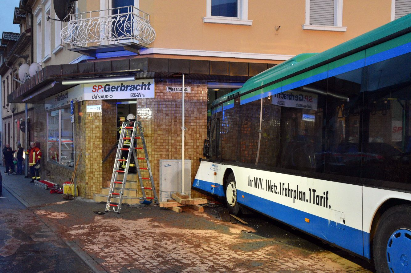 Schulbus/ Unfall/ Hauswand