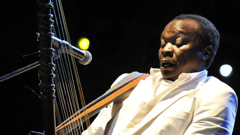 Der westafrikanische S??nger Mory Kant?? spielte diverse Instrumente.