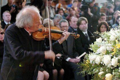 Trauerfeier in der Kathedrale: Ivry Gitlis spielt neben dem Sarg eine Gavotte von Bach