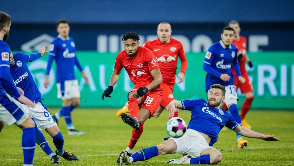 Shkodran Mustafi geht zu Boden und will Leipzigs Christopher Nkunku stoppen