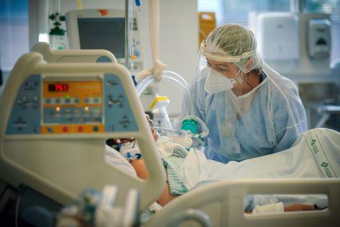 Covid-19-Patient auf Intensivstation: Entzündungshemmende Medikamente könnten Genesungschancen verbessern