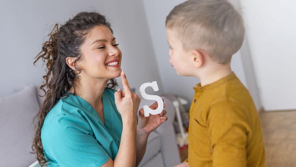In einer logopädischen Behandlung kann das Lispeln bei Kindern früh therapiert werden