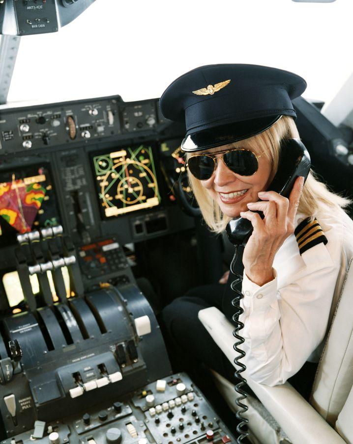 Pilotin bei einer Ansage: Neulinge im Luftverkehr haben es nicht leicht