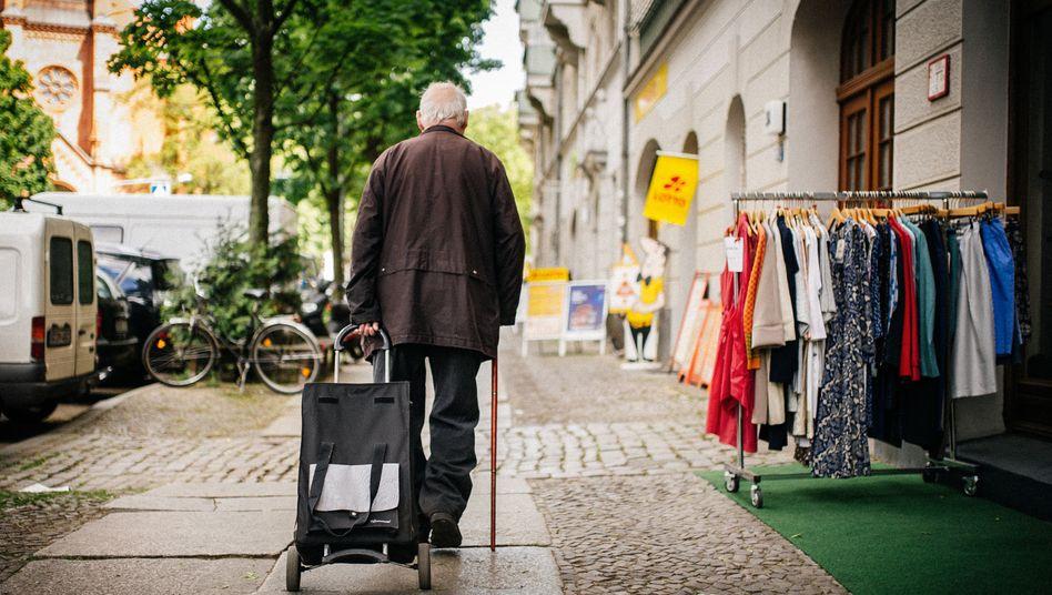 Rentner mit Einkaufstrolley